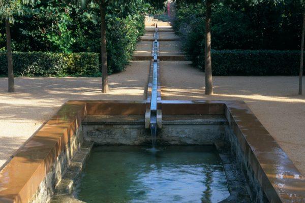 Cloître des micocouliers Jardin de la Noria, près d'Uzès 30 France  Paysagistes: Ossart-Maurières Banc: Pierre Baey